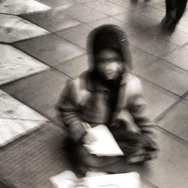 """نگاره:  Doing """"homework"""" on the cold pavement مشق خانه بر پیادهروهای شهر زمستانی"""