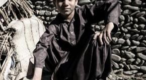 نگاره:  بزغاله کوچکی دنبال خواهرک سه سالهاش کرده بود و دختر جیغ میزدپسرک نشسته بر بشکه خالی ژست گرفته بوددل توی دلش نبود که زودتر عکس را بگیرم و آفتاب بلوچستان میتابیدکند شده بودم