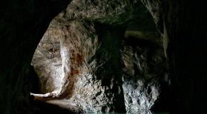 نگاره:  جایی در دل زمین، سکوت، بازتاب نور بر دیوارها را زمزمه میکرد و پلکهاش با لالایی آرام آب، سنگین میشد