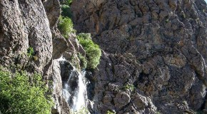 نگاره:  شیب تند را عرقریزان و نفسزنان بالا برسی و از میان درختان سبز چشمت به دیدار این آبشار روشن شود و پوستت از پاشش ریزههای آب خنک…