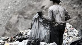 نگاره:  کافی است از خروجی خاکی پیچ در پیچ بالا بروی و به انبوه زبالههایی برسی که دهها کارگر افغانستانی در میان بوهای زننده و وحشتناک زبالهها کار و زندگی میکنند. سه چهارتایشان پلاستیکهای بزرگ را خالی میکنند و بسته به نوع زبالهها آنها را به گوشههای مختلف منتقل میکنند. چند نفر دیگر کفشها و پارچهها را جدا میکنند و تعداد کسانی که پلاستیکها را سوا میکنند از همه بیشتر است. دوتایشان گوشهای در میان زبالهها چهارزانو نشسته و ظرفهای سس جدا شده را یکی یکی خالی میکنند، جایی که بوی شیمیایی زبالهها از همه بخشها زنندهتر و آزارنده تر است. یکی از این دو که میگوید نامش اسد است، تنها بیست روز پیش به ایران آمده و حتی نمیداند چقدر حقوق قرار است دریافت کند. از زیر پایشان حجم بدبو و رنگین سسها به خط سیاه شیرابهها میپیوندد و کمتر از صدمتر پایینتر زمینهای سرسبز برنج را سیراب میکند و سرانجام در خروش آب زلال رودخانه گم میشود.http://www.mehrnews.com/news/4044362/
