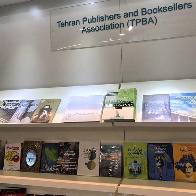 نگاره:  یک مایه دلخوشی هم این که #کتاب آدم در نمایشگاه کتاب فرانکفورت همنشین کتاب دوستانش باشد#frankfurterbuchmesse #ThisIsHome #اینجاخانهیمناست
