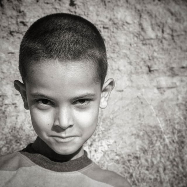 نگاره:  اما آن جانورانِ به بند کشیده، آن چشم‌ها…⁣⁣⁣⁣But those captive beasts, those eyes…⁣⁣⁣⁣#eyes #rural #portrait #boy #people #life #children #bnw